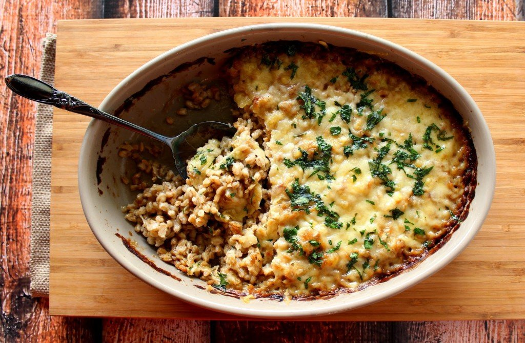 Farro and Onion Casserole is cheesy and comforting with Gruyere and Parmesan / www.kudoskitchenbyrenee.com