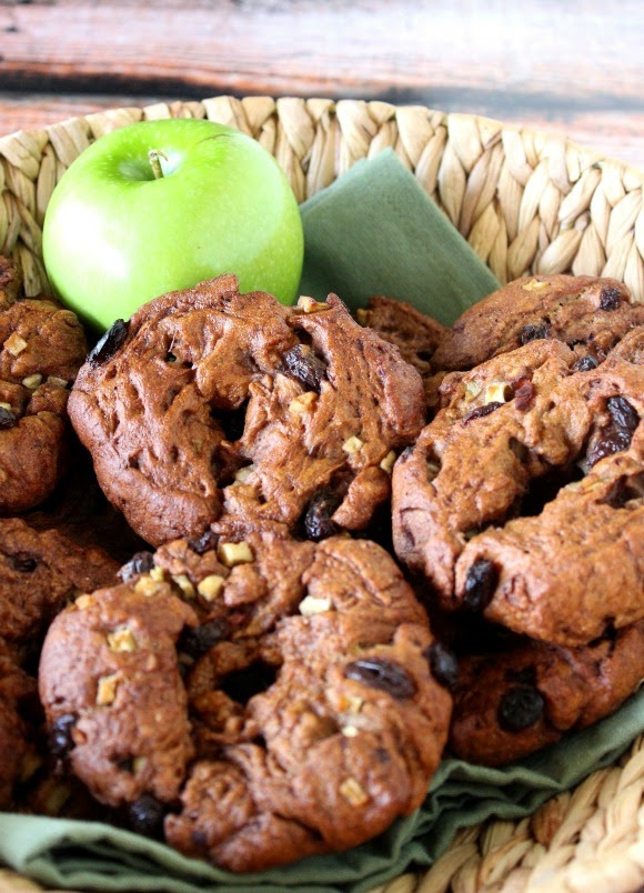 Apple and Cinnamon Whole Wheat Bagels with Raisins are completely chewy and delicious.