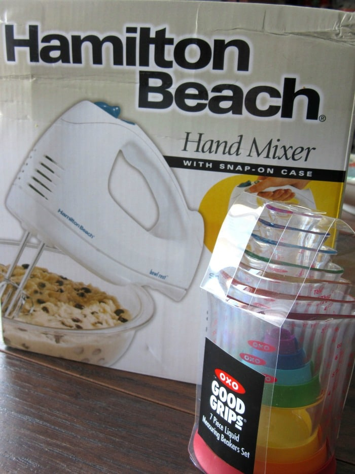 Hand mixer and measuring cups